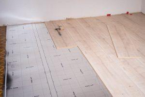 Parkett / Laminat / Vinyl auf altem Bodenbelag verlegen – Wann ist es möglich?