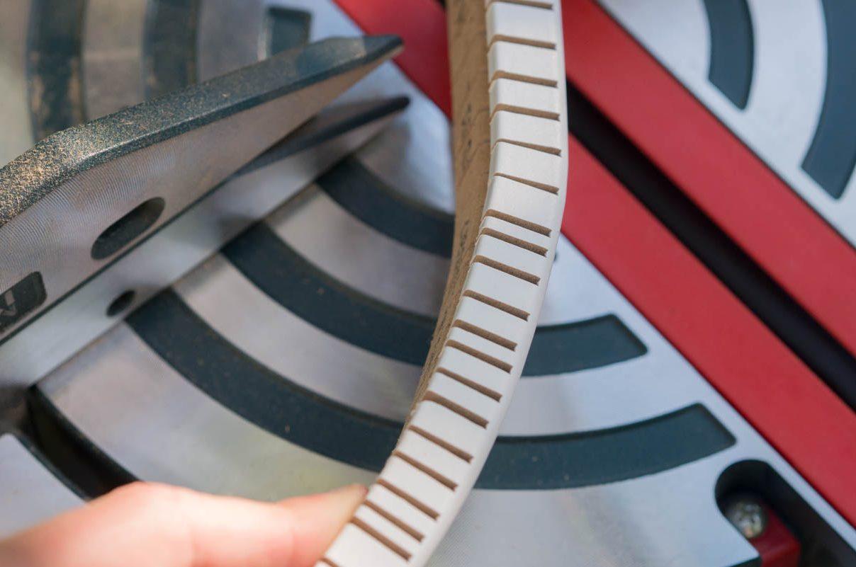 Sockelleisten an Rundungen montieren – So geht's