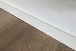 Sockelleisten sauber an krummen Wänden montieren – So geht's