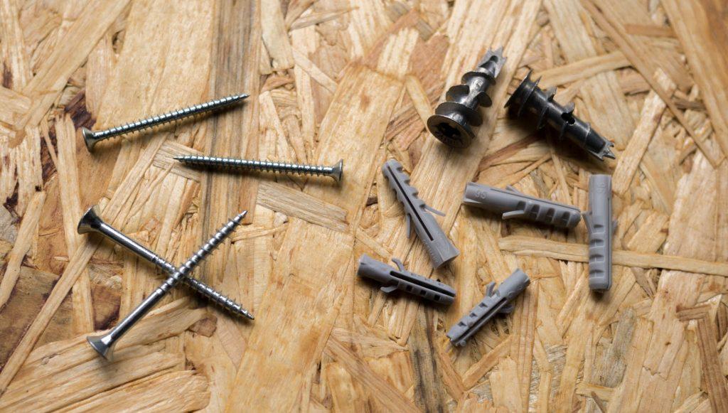 Schrauben und Dübel für Sockelleisten