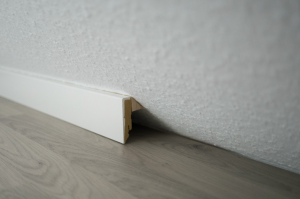 Sockelleisten unter einer Dachschräge montieren – So klappt's