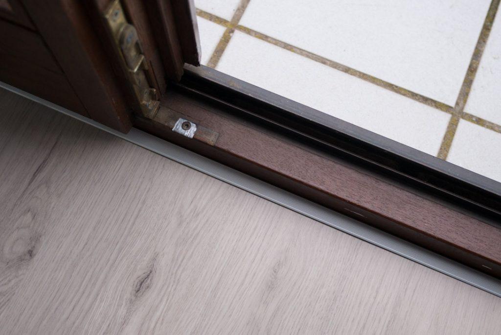 Übergang von Laminat zum Fenster mit Einfassprofil