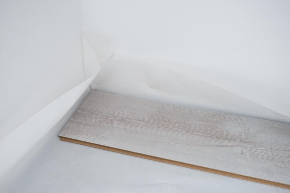 Dampfsperre an den Wänden hochziehen